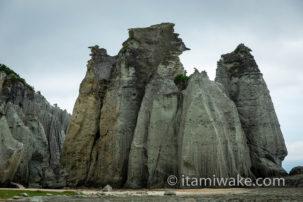 インパクト大!青森県の『仏ヶ浦』は巨大な奇岩が連なる天然記念物!自然が作ったとは思えない秘境を陸と空から撮影