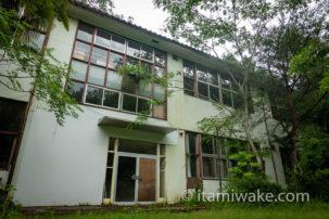 長野ツーリング中に見つけた廃校「福島小中学校」へ。田舎の簡素な校舎だがプール完備で味があり