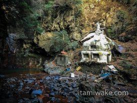 熊本県の清水滝は新興宗教団体の開祖の修行場 謎の像と荒れた建物がヤバさを物語る
