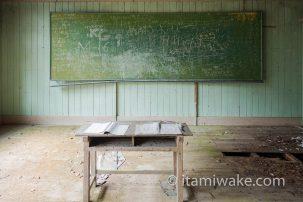 宮崎県 山奥の木造廃校「尾股小中学校」を27枚の写真と共に